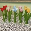 Szklany kwiat na podstawie